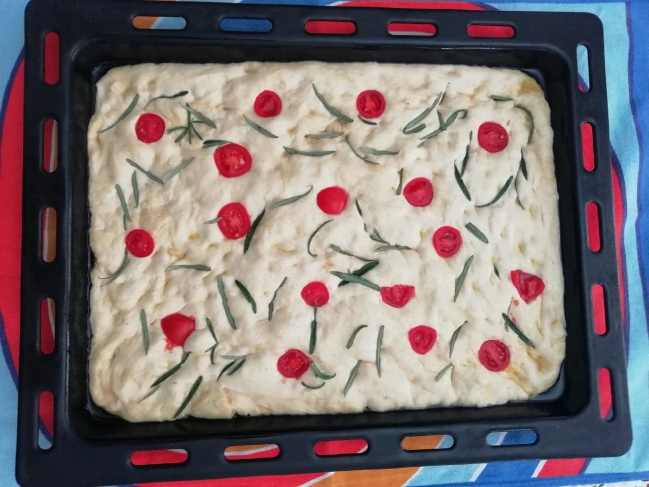 Pizza Simplă cu Roșii și Rozmarin (Focaccia)