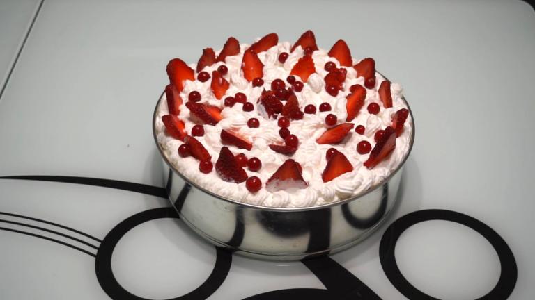 5 - Tort în Straturi cu Mousse de Ciocolată, Jeleu de Căpșuni și Frișcă