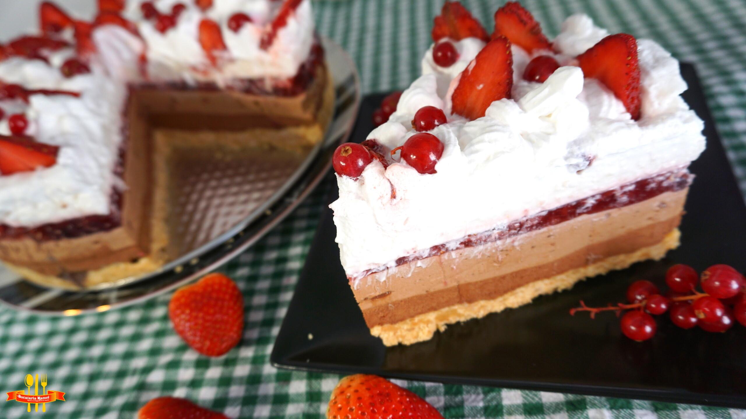 Tort în Straturi cu Mousse de Ciocolată, Jeleu de Căpșuni și Frișcă